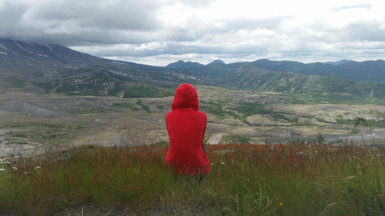 červená mikina v přírodě