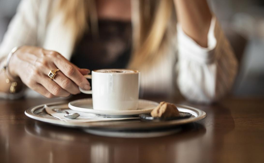 žena a káva