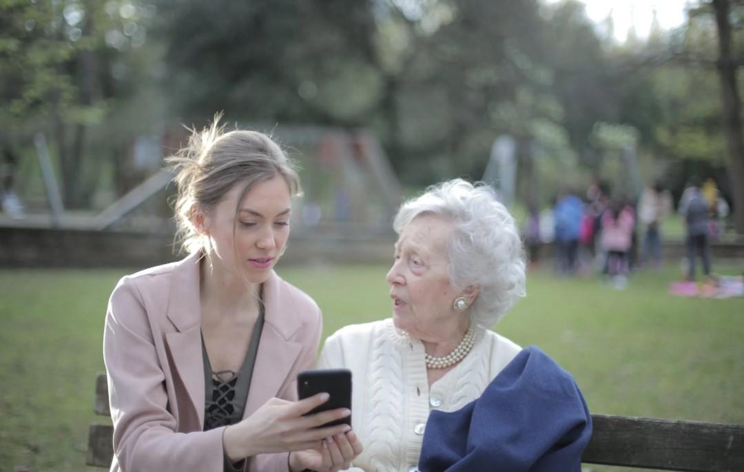 ženy s mobilem
