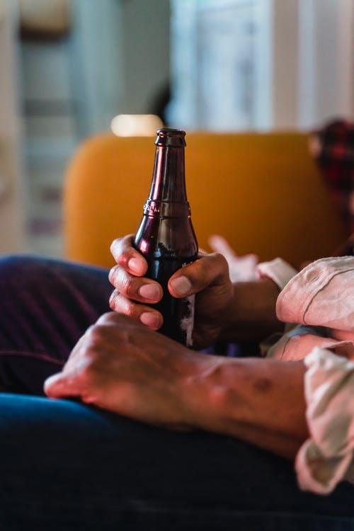 muž relax pivo